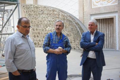 V.l.n.r.): Die Vorsitzenden desDITIB Türkisch- Islamische Gemeinde zu Aachen e.V., Abdurrahman Kol und Süleyman Zembilci sowie der Aachener Architekt Erol Uzkiz,