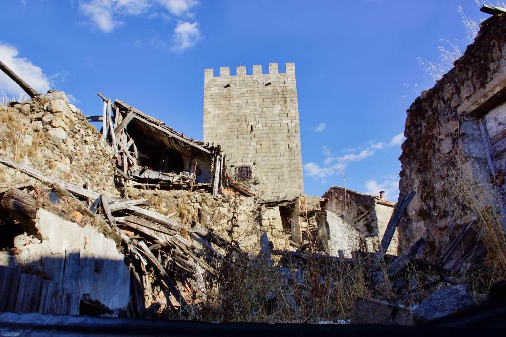 Blick auf die Burg von Lamego; im Vordergrund eine Schlafzimmer in Form einer Dachkammer. Eine Wand fehlt, was den Blick auf den Raum ermöglicht.